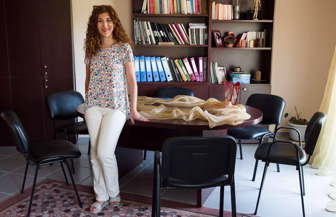 Ευδοξία Αδαμίδου, Ψυχολόγος, Βέροια, Ημαθία, Όρθια στο γραφείο της